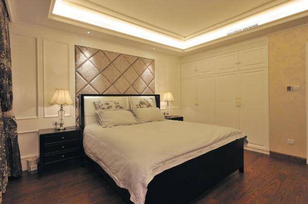 主卧的风格深沉优雅,白色素花墙纸对整个空间起到了延伸的效果;背景墙、窗帘、床品经过了精心打造,浑然一体,整个卧室充盈着高雅的气息和舒适的情调。