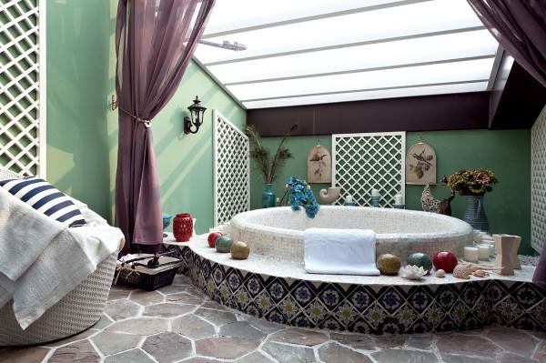 浴室:以湖的圆型来打造优雅的浴池,加以配饰东南亚风格的装饰品
