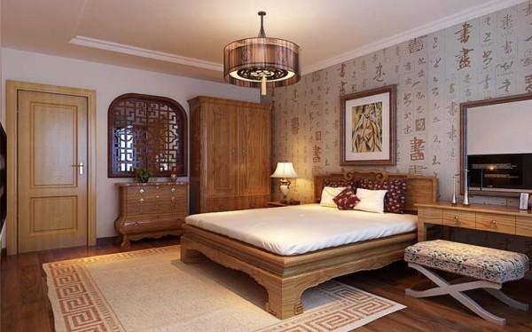 卧室和过廊餐厅之间设有流线造型的实木雕花窗户,该窗户不仅增加了过廊和餐厅的采光,又为新中式的风格增添了浓墨重彩的一笔;床头背景墙的中式文字式壁纸是整个卧室更具有书香门第的文化气息,提高了主人的生活品味