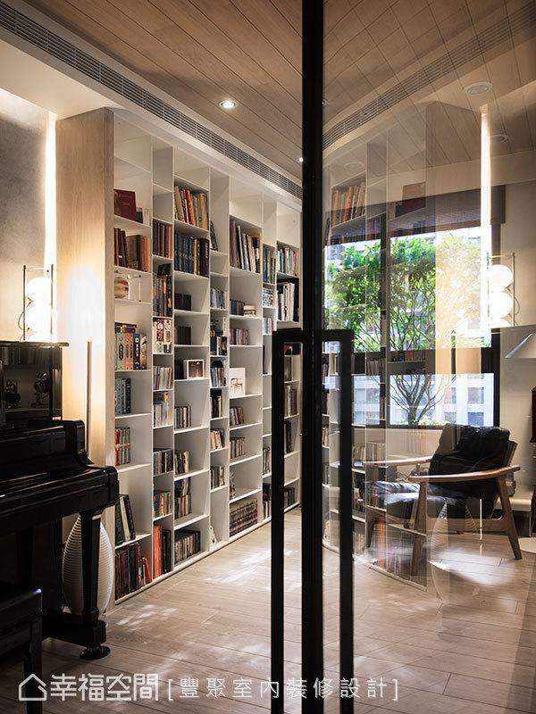 橡木天花呼应上超耐磨地板的原色,温润彩度谐和了阅读印象。
