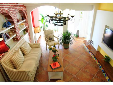 客厅 客厅采用亮眼的颜色对比,电视背景与沙发背景做了一个对调重点,将电视背景轻描淡写,沙发背景进行一个着重体现风格与自然地结合,拱形造型和石材肌理的壁纸更是增加了泥土气息,回归自然的舒适。