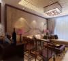 客厅采用传统中式的茶几,木质吸顶灯具和墙面装饰画,配以现代的沙发等等。沙发背景墙是以一幅中式的画来搭配。