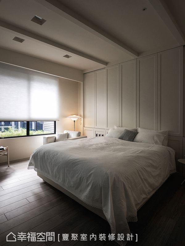 斜斜地天花加上骨干意象,不但消弭了大梁的滞碍,更进一步打造了小木屋般的睡眠绮想;另外,考虑屋主收纳的有限性,床头饰板后方亦藏着足量的储物空间。