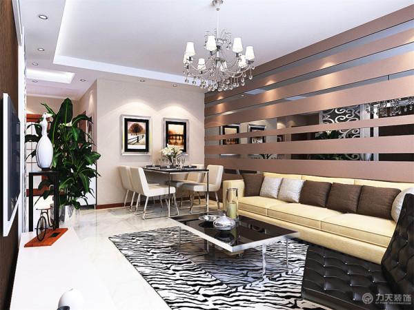 客厅与餐厅是整个在一个空间的格局。入户运用石膏板拉缝的手法;过道运用传统的回字形发光灯池;客厅区域运用L型发光灯池造型运用不同的吊顶来区分空间分布。