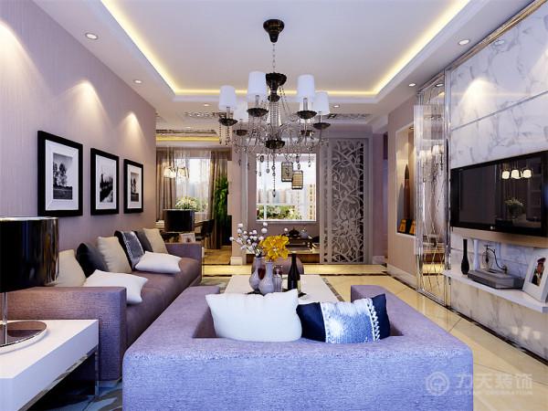 客厅为回型发光灯池吊顶,地面为80mm的波打线圈边,整体斜铺。