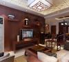 客厅的电视背景墙是以红桃木全铺的一面墙搭配一些装饰品而形成的电视背景墙。