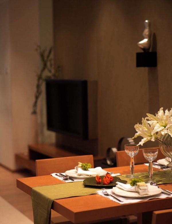 简洁的餐客空间则显示着现代简约的整齐划一,和客厅的色彩搭配合理,非常温馨,墙上的装饰品也凸显个性。