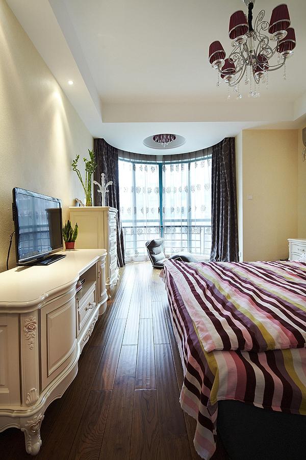 简约 欧式 三居 白领 80后 温馨 卧室图片来自孙进进在140平简欧温馨时尚公寓的分享