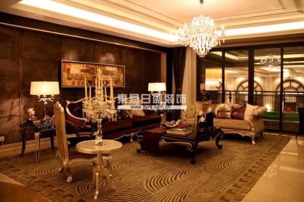 客厅的设计并没有按照传统的墙面用文化砖,改用了阿曼米黄大理石,每个卧室按照主人的审美,习惯,和爱好都有不同的变化,整体设计在大的古典风格上又尊重了中国的生活习惯和要求。