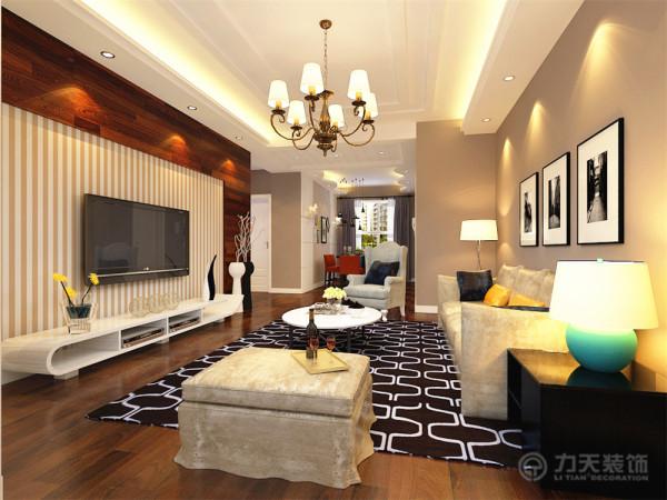 电视背景墙采用U型木地板上墙的造型,中间搭配浅色的竖条纹壁纸,简单又不乏时尚感,沙发背景墙以三幅机简的挂画加以装饰