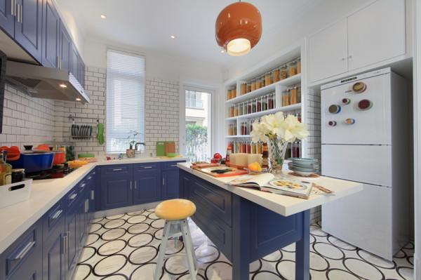 紫禁尚品软装设计厨房:开放式的厨房,那些彩色厨具绚丽的色泽与精良的设计,不仅令厨房增添一道靓丽风景,更是品味和格调的象征。电视里播放的美食节目,墙贴照片里全家人生活的点滴瞬间