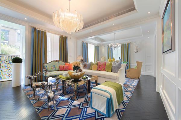 紫禁尚品软装设计客厅:精彩世界,色彩为先吸引人视线的就是一幅由彩色玻璃马赛克拼贴组成的艺术画,布艺三人沙发是客厅色彩的中心,同时与古典做旧描金双人沙发时尚的搭配起着画龙点睛功效