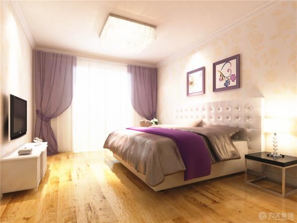 主卧室地面采用浅色木地板,给人一种干净舒适的感觉。墙面铺贴浅色花纹壁纸,即提升了整体的空间性,同时配以简约时尚照片。搭配上暖黄色的灯光,让人感觉到温馨整体打造了一个让人舒适的休息空间。