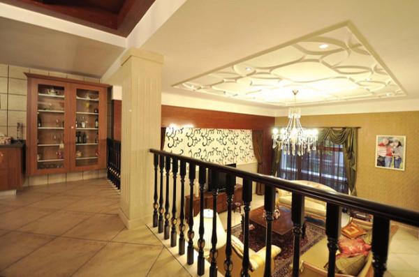 站在楼梯栏杆旁看客厅,整个居室简洁明亮。