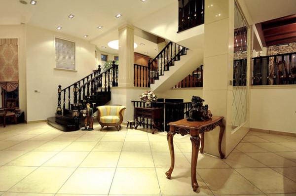 宽敞明亮的客厅环境,木质的桌子与散发着艺术气息的工艺品,都可以看得出房主高雅的品味。