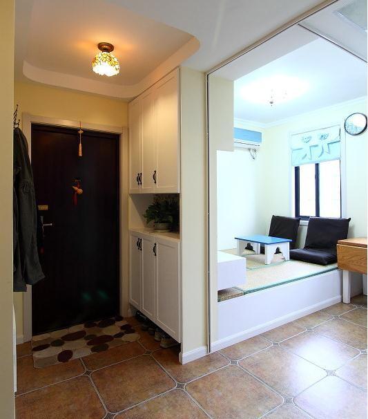 进门的玄关,做了一个很大的鞋柜,冰箱放在了对门的位置