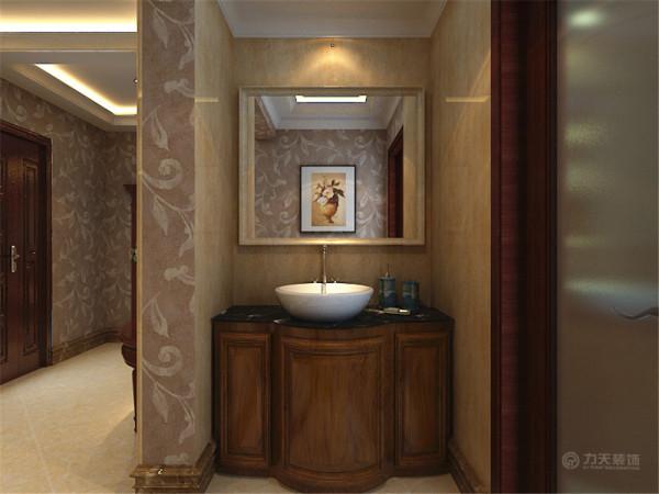 卫生间采取了干湿分离,这里只表现出了干区,洗手台的柜体也是欧式弧线形的,台面上是台上盆;