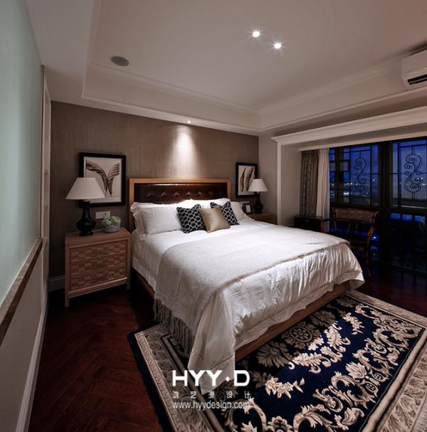 人字形地板,叠出生活别趣,蓝光夜色,晕出归家时分的欣愉,梦里那声呓语,欢喜安定。