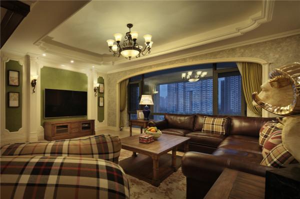 客厅条纹状的沙发,表现了美式的休闲,绿色的电视墙纸,有一种生机勃勃的感觉,突显空间的重点