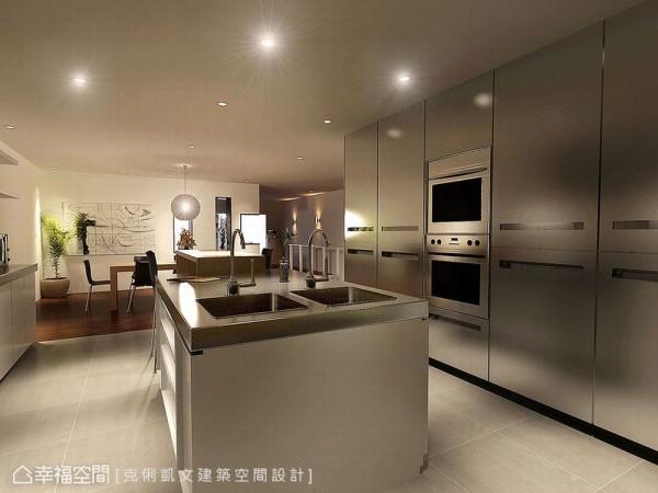 双槽式的流理台面,细腻区分着冲洗物品与属性,而下方的矮柜设计则进一步提供了足量的收纳功能。