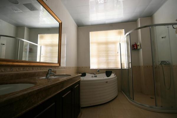 设计理念:10平方的卫生间,扇形浴缸,还有1米以上的大玻璃淋浴房,1.8米的大洗手台,非常舒服好用。
