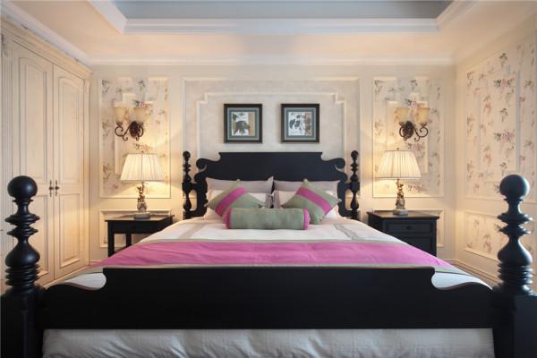 主卧室,空间不是特别的大,大面积的采用白色,让空间显的通透,从视觉放大,深色的床又使空间不那么轻飘