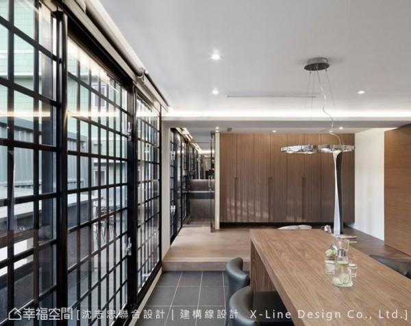 楼上空间规划有餐厅与厨房以及屋主夫妻来访的休憩处。