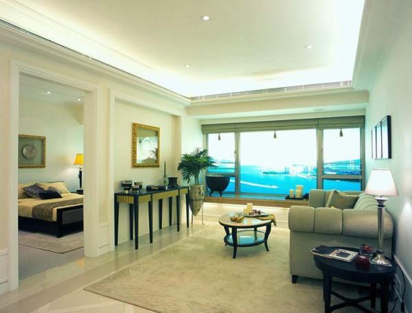 客厅只是简单的装饰了一下,给人的感觉就是很素朴,茶几等家具的选择也是比较复古的,墙面上用艺术画衬托出来,整个客厅简单而不单调。