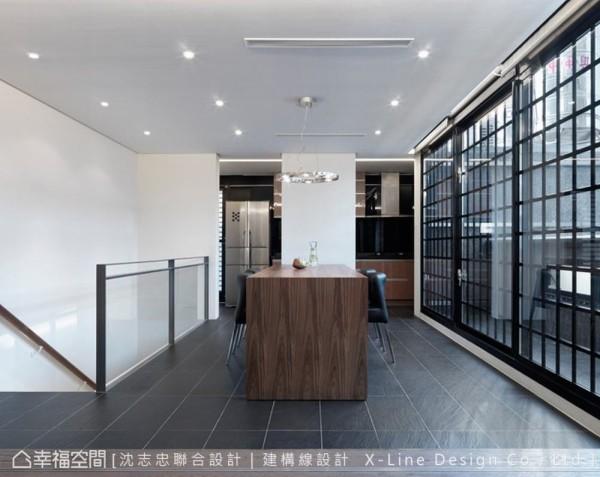 开放式的餐厅连结厨房,勾勒最简洁的空间线条。