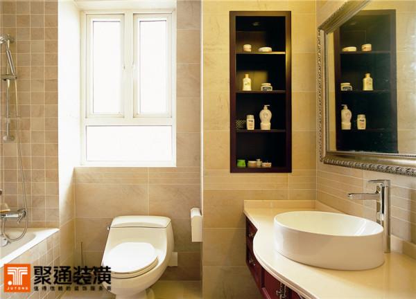 仿古的大理石的瓷砖,藕粉色的颜色在卫浴间中显得温婉舒适,墙上掏空做出的搁架装置相当的实惠,方便放置一些洗浴的瓶瓶罐罐