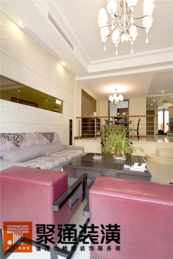 净白的电视背景墙、剔透的地砖,提升了整个客厅的明度,沉稳间透着纯净、简单。