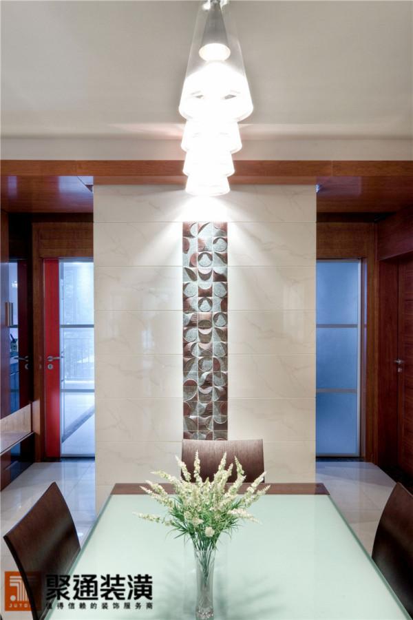 钢木结构的桌椅,线条超然脱俗,是主人精心淘来的,充满了后古典主义的韵味。摆放的时候,四面抛空,整个餐厅显得更加平和、通透。