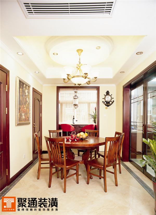 餐厅墙面上的油画装饰,显示了主人的艺术品位也和家具的欧式古典韵味得到了呼应。古典式样挂钟的点缀也显得恰到好处。