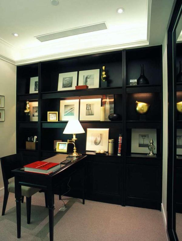 书房的书柜与房间的其他家具是一样的款式,书柜上的各个物品都充满了艺术的气息,风格典雅、古朴、清幽、庄重,体现主人的志趣与修养。