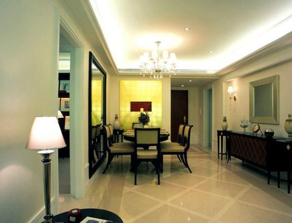 餐厅用了华丽的吊灯,以避免整个房间过于素朴,搭配这各种小装饰,凸显出自己的个性,采用全抛釉的地砖,整个房间明亮宽敞。