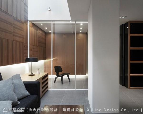 设计师将公共区域配置在上下楼层的垂直线中央,装潢首要改造的,有效地解决采光及通风问题,更重新诠释人、居宅与环境的关系。