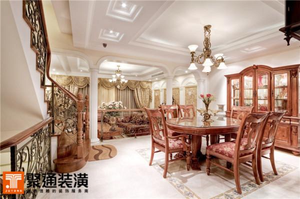 餐厅的桌椅与楼梯都是秋木材质的,和谐统一。铁艺吊灯的曲线造型,有些许维多利亚风格,是装饰美与自然美的完美结合。