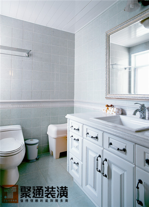 欧式四角浴缸、浴柜或是墙面的设计都是一种仿古的做法,尤其是墙上一幅宫廷油画让这个主卫也顿时变得韵味十足。