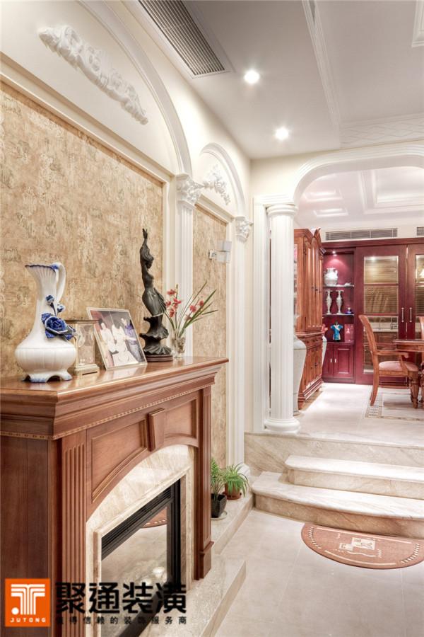 英式古典的白色家具唯美、典雅。印花条纹墙纸与蝴蝶图案的床上用品温馨、静谧,尽显居室的宁静柔美。