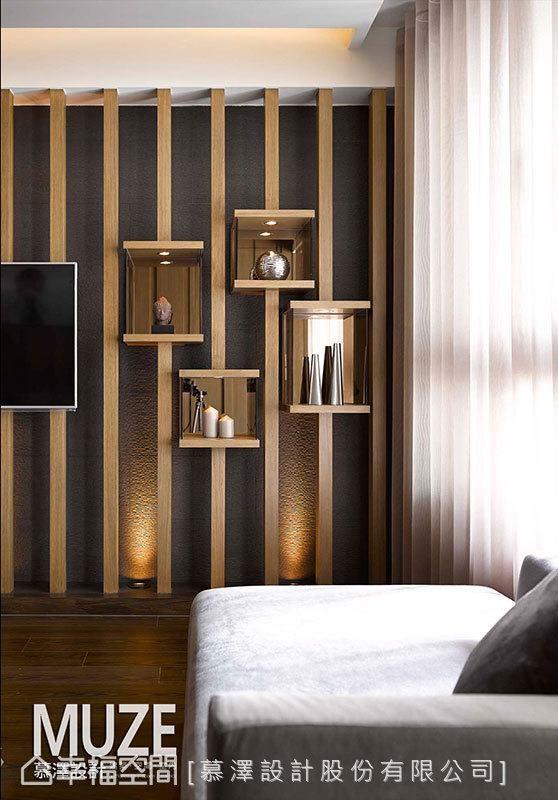 结合镜盒手法、宛如音律起伏的展示柜体,让屋主的品味珍藏有了一方天地,同时,格框之间透过灯光聚焦,形塑艺廊般的质感氛围。