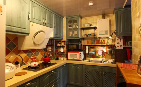 厨房是小两口的美食天地,蓝灰色的橱柜中跳跃着彩色瓷砖,铁艺的五金架挂满了主人展示厨艺的工具,整个厨房满满的香气,满满的爱。