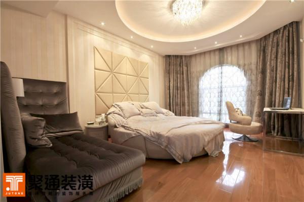 深色的木家具和木板扣条的吊顶,结合处淡淡的现代中式味,与美式的大窗,交融出悠悠荡荡的梦中美景。
