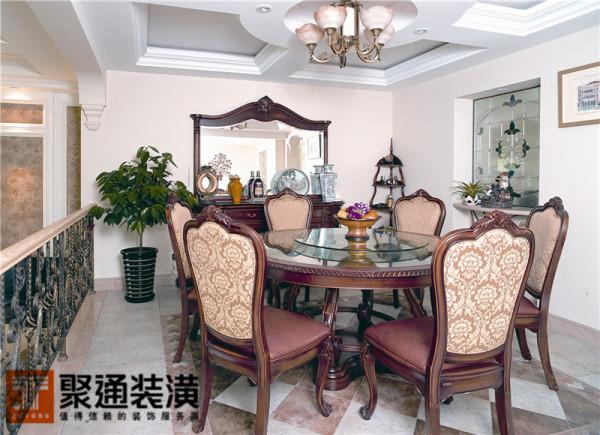 餐厅区域的陈设布置除了在外部装饰上偏向于欧式,设计师特别选了具有古典味道的仿古砖,搭配整个吊顶灯饰更显协调。