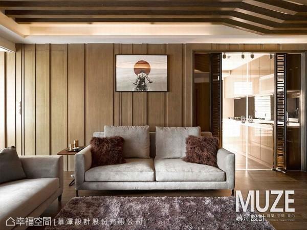 电视主墙的立体线性,对向入沙发背墙区块,顺势改以宽版沟缝为主题语汇,衔接上净透呈现的厨房开门,利落定义出独立式厨房的存在意义。