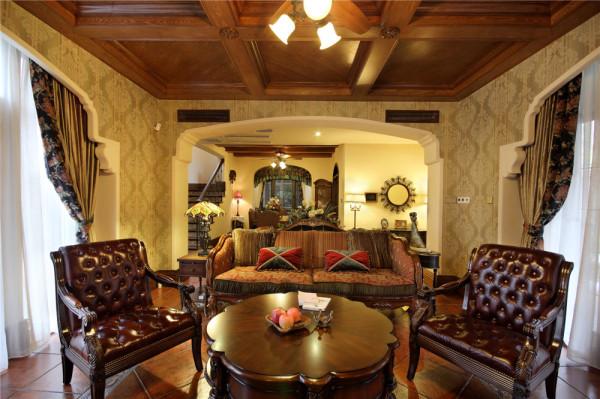 客厅的背后就是餐厅,一体化的空间是别墅装修中必须的大气