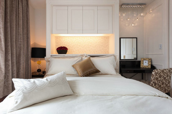 简约线板滚边呈现客房的雅致氛围,床头背景墙挖空做收纳设计,上部柜子方便摆放被子等用具。