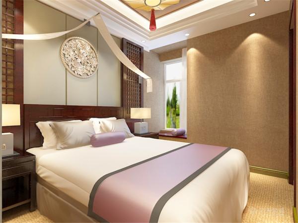 卧室铺上了地毯做了回字形的造型吊顶,床的背景墙做了中式的造型,两边也放上了深色的台灯柜,可以说无论西风如何劲吹,舒缓的意境始终是东方人特有的情怀