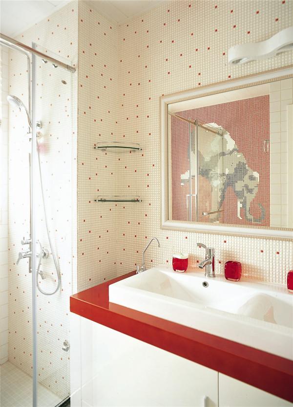 这个次卧边的浴室是专门为未来的宝宝所预留的,整间浴室的墙面都是由马赛克砖拼贴出来的,色彩鲜艳而又明亮,墙面上由不少马赛克砖拼贴出来的大象图案也十分惹人喜爱。