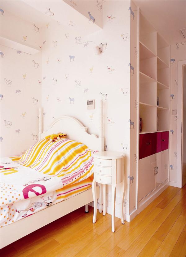 儿童房的墙面选用印有浅色花纹图案的壁纸,粉白底色加以小花图案修饰,充满童真,另外家具与软装的搭配使整个房间显得阳光而又明亮。