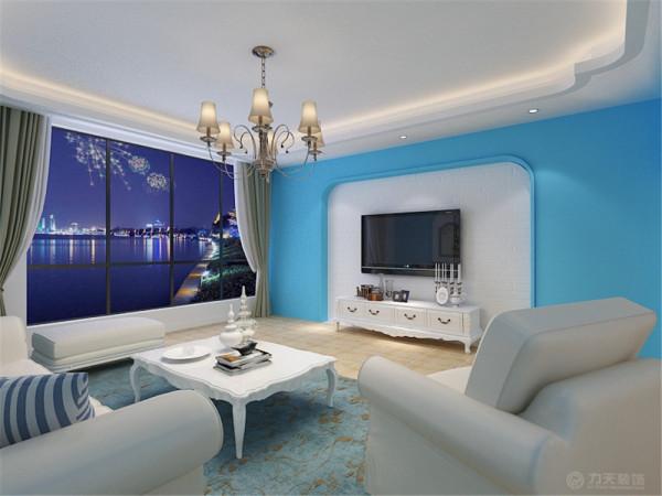 客厅的墙面运用了地中海特有的拱形做的造型,并刷蓝色的乳胶漆,中间部分贴了文化砖,沙发背景墙同样也采用了三个拱形造型,腰线下运用了色彩鲜明的马赛克